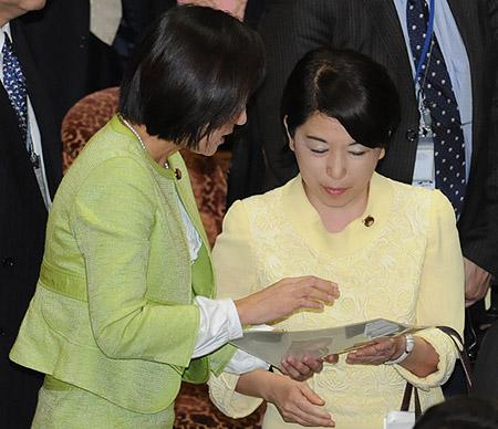 牧山ひろえ・福島大臣にフランス少子化対策のレポートを手渡す